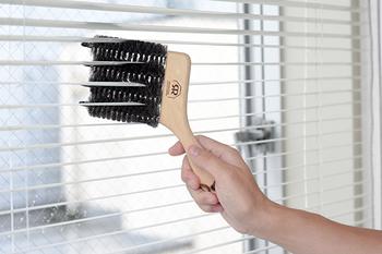 ブラインドブラシ。こんな風に、ブラインドの羽根を一気におそうじできる優れもの!