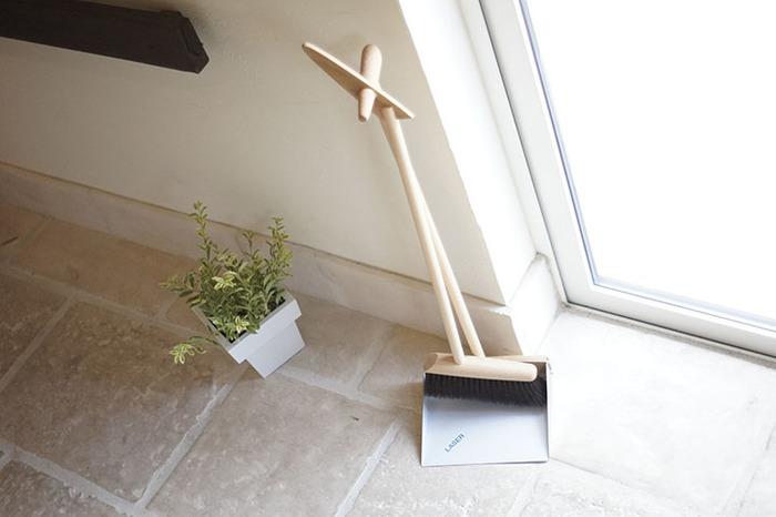 こちらはロングサイズのホウキとチリトリ。玄関に置いても邪魔にならないデザインです。