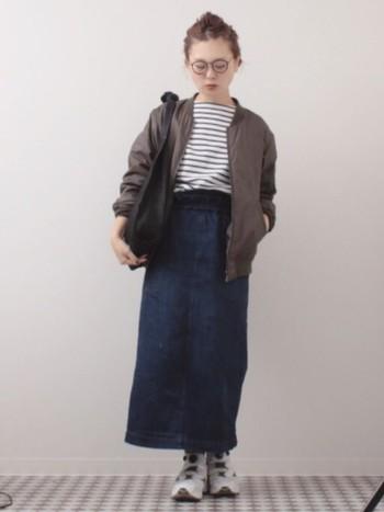 重たくなりがちなロングのデニムスカートも白のリーボックシューズなら、軽やか&爽やかな印象のコーデに♪