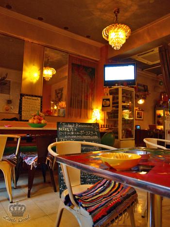 店内のインテリアは一つ一つ個性的で、どの席に座ってもrice cafeの雰囲気を楽しむことができます。テレビや本があるので、一人でも居心地のいい空間です。