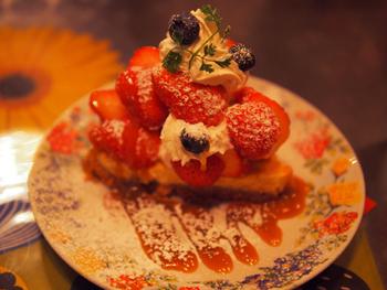 写真は「キャラメルイチゴタルト」です。スイーツは可愛い絵柄のお皿で出てくるので、食べ終わった後に是非チェックしてみてください。