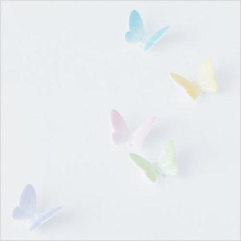 今にも羽ばたきそうな蝶のフォルムが目を惹くこちらは、瀬戸焼きで出来た箸置きです。色付けはすべて職人さんの手仕事によるもの。カラフルながら淡い色合いなので、料理の見映えも邪魔しません。