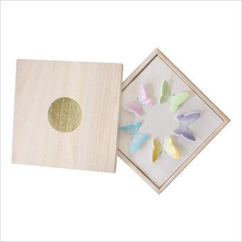 桐箱のパッケージの中で並んでいる姿も美しいですね。お祝いごとの贈答品としても使える、上品な箸置きです。