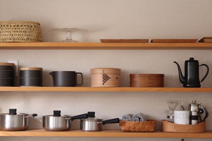 """調理道具やキッチン周りの雑貨類など。毎日台所で使う道具類は、IH下の収納スペースや棚にしまっている方が多いですよね?""""見せない収納""""で全部隠すとキッチンがスッキリしますが、ダイニングやリビングと一体化したオープンキッチンの場合には、""""見せる収納""""でディスプレイするのも素敵です☆"""