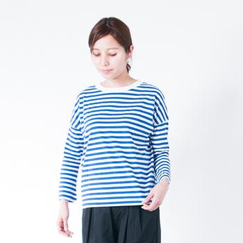 オールドマンズテーラーは丁寧な縫製で人気が高い国内ブランドです。ラフなシルエットのボーダーカットソーは着心地がよく、季節を問わず一年中着ていたくなってしまいます。襟ぐりに白いラインが入っていて、ブルーのボーダーの爽やかさをより一層引き立てています。
