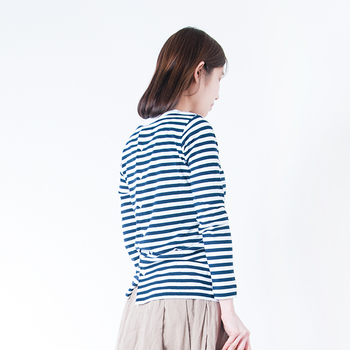 同じくオールドマンズテーラーのバックボタンがついたカットソーです。薄手の生地を使っているので、よそゆき風にも着こなすことができます。ボリュームのあるスカートやパンツを合わせるとおよばれにも使えますね。