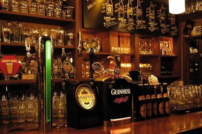 お酒はビールを中心に、ウィスキー、ワイン、ラム、ウォッカと一通り揃っています。ソフトドリンクメニューも豊富にあります。