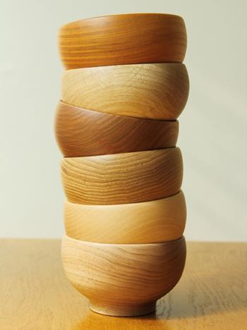 愛らしいころんとした形のお椀は、なんとそれぞれ違う種類の木からできています。けやき、なら、さくら、くり、ぶな、くるみの6種類の木からできていて、同じ木でもそれぞれ木目が異なり、全てが世界に一つのお椀になります。