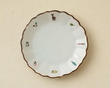 奈良絵をモチーフにした絵柄が描かれた九谷焼。直径8センチの「子皿」と直径13センチの「親皿」があります。こちらは取り皿などに便利な「子皿」。