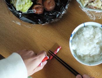 また食器と同じように、料理に合わせた箸置きを選んで使うと、テーブルコーディネートとしても遊び心を表現できます。箸置きはどれも小ぶりなサイズで値段もお手頃。気軽にいろいろ揃えて、箸置きのある食卓を楽しんでみませんか?