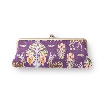 「手積み手織り麻」に「手捺染」というやはり手作業で絵柄が染められた「shikakusaki」のめがねケース。生地の間にはクッションが入っているので、持ち運びをする際にも安心です。