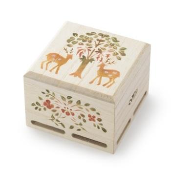 桐箱に手描きで「shikakusaki」の絵柄が描かれた香箱。側面の図柄も正倉院の宝物がモチーフです。袋に入ったお香が入れられていて、底の穴から桜の香りが優しく漂います。