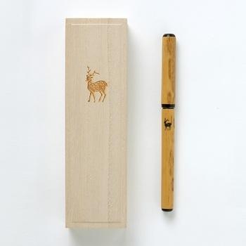 筆や墨の生産が盛んな奈良。そんな奈良で約380年「奈良筆」を作っている「あかしや」の伝統工芸士により、手作業で筆ペンが作られました。コシがある筆でしなやかに書けるので、筆ペンとは思えない書き味です。  軸には伝統工芸品である「奈良筆」と同じように天然の紋竹が使われています。端正な雰囲気の中に付けられた鹿の焼印がキュート。