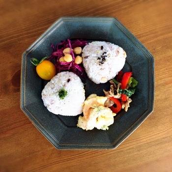 おにぎりの並べ方がかわいいですね☆ 和食は朝の胃にいれても重たくならないのが嬉しいんです♪