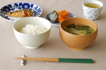 焼き魚、煮物、味噌汁、ご飯、まさに昔ながらの日本の朝食ですね。白山陶器のブルームシリーズは、焼き魚にもぴったり♪