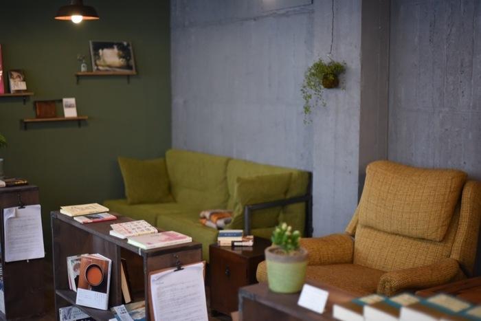 ゆったりリラックスできそうな、座り心地の良さそうなソファ席もあります。1人で、もしくはお互いに1人を楽しめる友人や恋人と一緒に訪れてみたいですね。