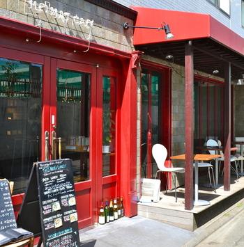 ヨーロッパの街並みのような赤い外装が目印。東急目黒線、武蔵小山駅から歩いてすぐの『HEIMAT CAFE』は、豊富なフードメニューも揃うブックカフェです。