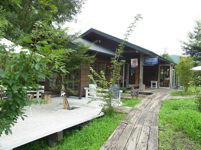 木造校舎を改築した建物は、レトロで素敵。