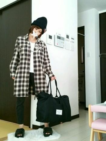ユニセックスに使えるボストンバッグ。持ち手は細目で軽やかな印象です。たくさんの荷物も、このバッグにおまかせ!