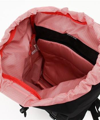 Herschel Supplyのバッグは、タウンユースでの機能性に特化したものも多く、こちらはクッション性のあるPCポケットが内部にあり、マグネットでポケットが開閉できます。ユニークなデザインに留まらない使いやすさも、人気の理由です。