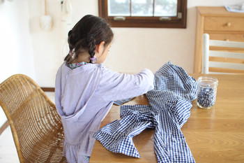 着なくなった服を小さく切って、ウエスに。でも、切るのも、拭き掃除するのも全部自分ひとり…となると、ちょっと面倒かもしれません。そんなときは、例えば、切る仕事は子供にお任せ!