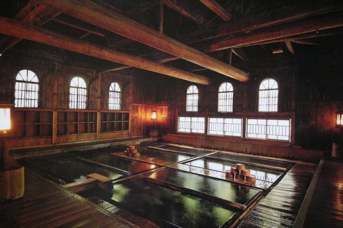 長寿館のメインのお風呂・法師乃湯は基本的に混浴ですが、時間帯によって女性専用時間もありますので「お風呂には入りたいけれど混浴はちょっとハードルが高い…」という方は、時間を調べてから入浴しましょう♪