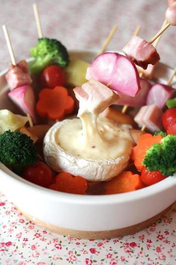 色とりどりの野菜を串に刺し、コンソメスープで温めたら、とろけたカマンベールチーズにディップして頂きます。串に刺してあるので食べやすく、お子様にも喜ばれそう♪お好きな野菜でアレンジしてみては!