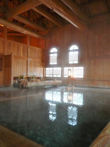 総檜造りで大きな窓が開放感満点の玉城乃湯。法師乃湯にはカランやロッカー、露天風呂などはありませんが、こちらの玉城乃湯にはついています。