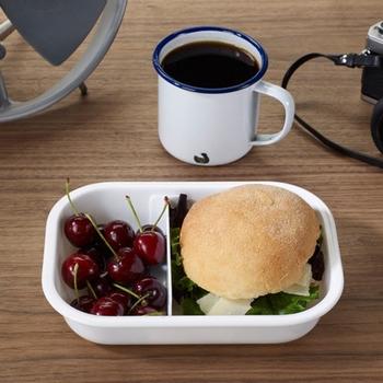 Black+blum(ブラックアンドブラム)のランチボックス。シンプルなデザインなので、中に詰めるおかずによってお弁当の色も出せそうで、毎日のお弁当作りが楽しみになりそうですね。ご飯だけでなくパンを入れてもしっかりフィットしますよ。