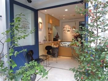 神楽坂の住宅街の中にひっそりとある、プリン専門店「ACHO」。青いドアとカラフルな旗が特徴の小さなお店です。お店の前の植栽も素敵ですよ。