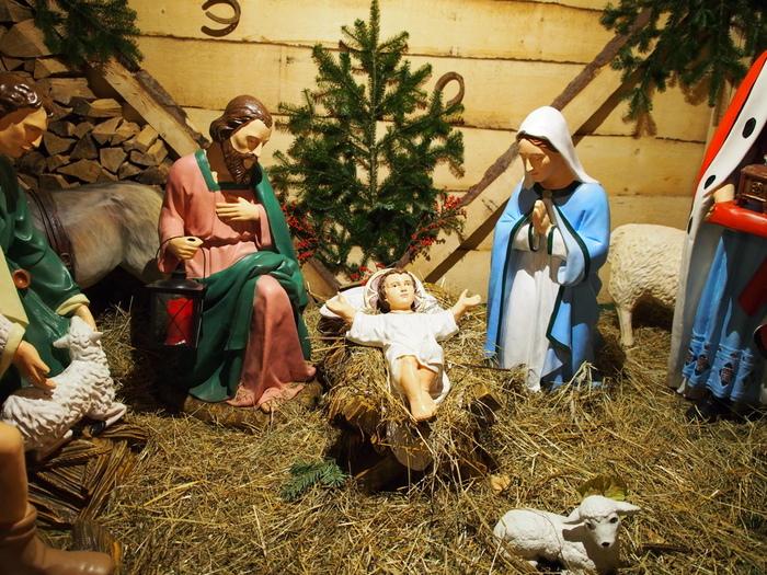 """「クリッペ""""Krippe""""」とは、キリスト生誕の場面を模した人形のことで、クリスマスには欠かせない芸術品として、各家庭でとても大事にされるものです。  クリスマスシーズンになると、ドイツやオーストリアでは「クリッペ」を購入し、イエス・キリストが生まれた馬小屋の情景をこの人形で再現して室内に飾ります。"""