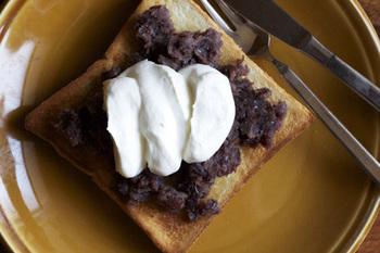 ホイップリームとあんこをたっぷり。 朝食にもおやつにもオススメな、絶品の組み合わせ。