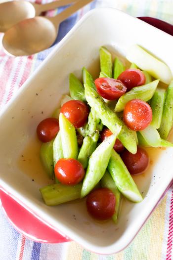 彩りをみるだけでも元気が出てきそうな鮮やかなアスパラとミニトマトのアジア風サラダ。酸っぱくって甘辛い味付けなので、大人も子供も美味しく頂けるレシピです。