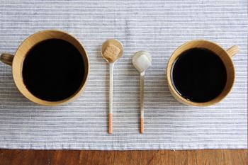 左がティースプーン、右がデミタススプーン。大きさの違いは少しだけれど、使い勝手やカップとのバランスには歴然とした差がありますね。豊富なバリエーションの中から、ぴったりのサイズのものを選んで永く大切に使いたくなります。