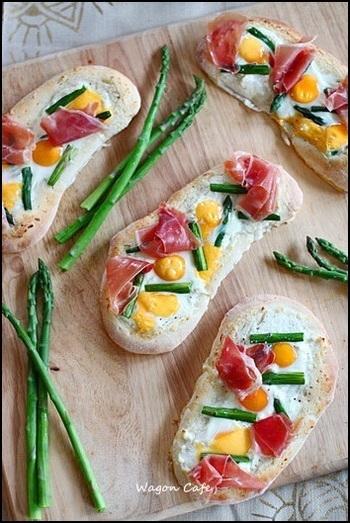 お好みのピザ生地で作るアスパラとうずらのピザ。アスパラと卵は相性抜群! 半熟のうずら卵の濃厚な味に、プロシュートの塩気が加わり、お酒が進みそうな美味しさです。