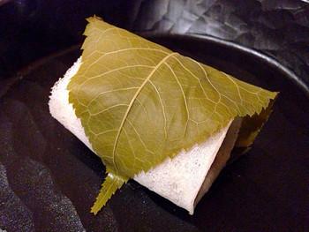 季節の和菓子として店頭にならぶ桜餅は、お馴染みの長命寺タイプ。皮はとても薄く、自慢のこしあんがしっとり口の中で溶け出します♡桜の葉の塩漬けもいい塩梅で、苦手な方でも口にしやすいのが特徴です。