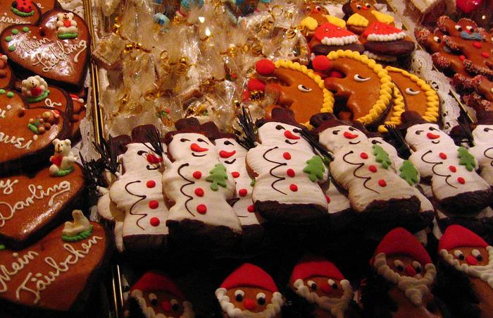数々のデコレーションされた大きなクッキーやレープクーヘン。穴が開いているのは、オーナメントとして飾り付けるため。