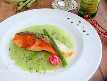 優しいグリーンがとても美しいお洒落な一品。生クリーム不使用で作るアスパラガスと豆乳のソースは、あっさりとしていて、鮭のソテーに良く合います。アスパラの素材の味もしっかりと感じることができます。