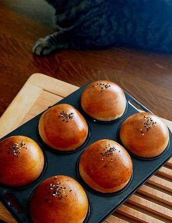 ころんとした可愛いあんぱんは、基本中の基本。 香ばしく焼いたパンに、手作りのあんこをたっぷりと入れて。