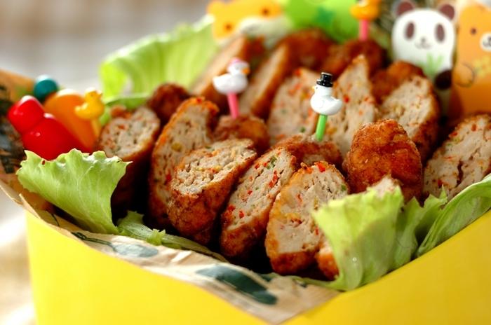 具材に、赤や黄色が鮮やかなパプリカを刻んで入れた、カラフルチキンナゲット。野菜嫌いの方もこれならパクッと食べられちゃいますね。