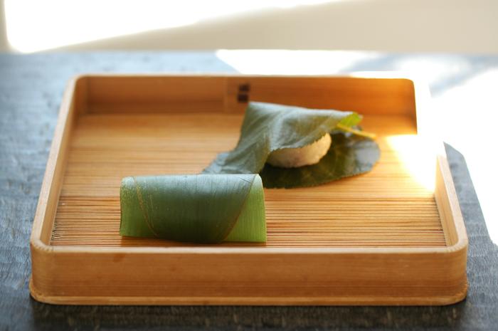 お茶のお供は、定番の豆大福や本蕨のほか、季節の朝生菓子から選べます。こちらは、3月の桜餅と蓬餅。