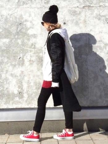 清潔感あふれるホワイトのハーシェルリュック。白×黒×赤のトータルコーディネートでオシャレ上級者! 袖やソックスのチラ見せホワイトの差し色が◎