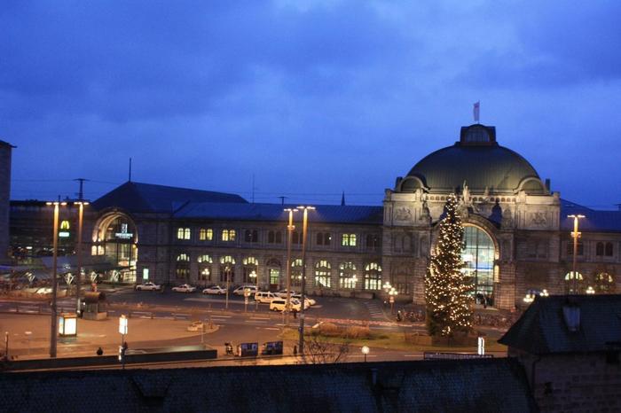 ニュルンベルクへは、フランクフルトから高速鉄道で、1時間半程度。ミュンヘンからは、2時間弱程度。(画像は、ニュルンベルク中央駅)
