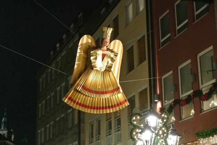 """レンガの造りの建造物が建ち並び、石畳の街路がめぐる「ニュルンベルク」の旧市街は、毎年クリスマスシーズンになると、おもちゃ箱をひっくり返したような楽しさと華やかさで満ち溢れます。  (画像は、Weihnachtsengel, Nürnberg(ニュルンベルクの""""クリスマスの天使"""")"""