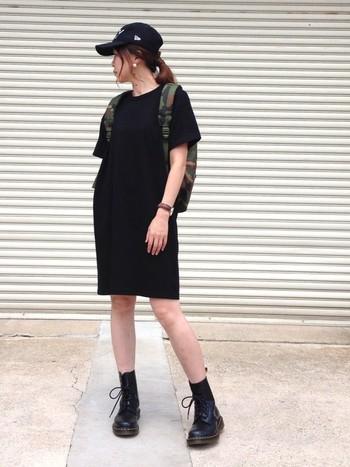 大人っぽいブラックコーデを引き締めるのは、迷彩柄のリュックサック。特にモノトーンの服が多い方におすすめ。