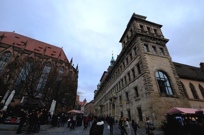 「ニュルンベルク(Nürnberg)」は、人口50万人超のドイツの南部に位置する、中世から伝統ある都市。  現在でも、中心となる旧市街地は、中世に建造された城壁で囲まれています。