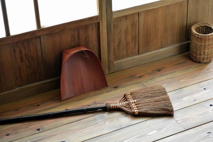 半渇きの茶殻を床にまいてからほうきで掃除をすると、すっきりきれいに。茶殻が、ホコリやごみ、ニオイなどを吸い取ってくれるんだそうです。
