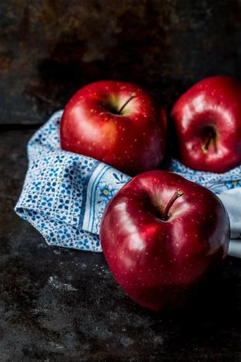 """秋から冬の美味しい果物といえば、""""林檎(りんご)""""。  甘酸っぱく、香りもあり、シャキシャキっとした食感の林檎は、サラダにピッタリです。  皮の赤が料理のアクセントにもなりますから、よく洗って丸ごと利用したいですね。  林檎を使う時の注意は、""""変色""""。塩水か、レモン汁を加えた水で変色を防ぎましょう。"""