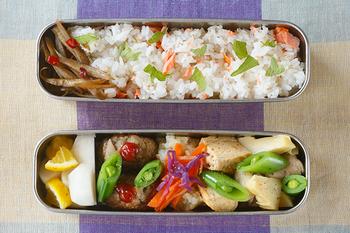 細長のお弁当箱は、スリムなのでバッグの中にもコンパクトに収まり持ち運びに便利。幅が狭いので、大きなおかずは予め詰めやすいサイズにカットしておくとスムーズに詰めていくことができますよ。