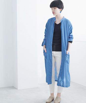 ホワイト×ブルーが爽やかなコーディネートです。こちらは珍しいスリムタイプのチノパンツ。ストレッチが効いているのでスッキリと着こなせますね。